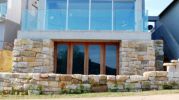 Hand-shaped stone cladding and backyard